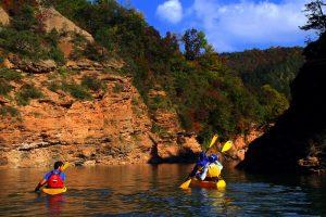 Sali a bordo dei nostri kayak per un'avventura che ti proiettarà in paradisi inimmaginabili in Val di Non!